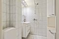 Badet er pusset opp av borettslaget i 1998 og inneholder wc, servant med skap, dusjhjørne og skap.