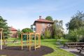 Det er flere fine lekeplasser og flotte grøntområder rundt blokkene.