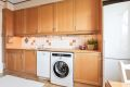 Plass til både oppvaskmaskin og vaskemaskin. Meget god skap og benkeplass.