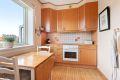Kjøkkenet har god skap og benkeplass, og originale tregulv.