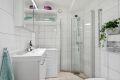 Bad består av praktisk dusjhjørne, servant med skapinnredning, vegghengt klosett.