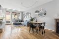 Stor og god stue på over 20 kvm med plass til både sofa og spisebord.