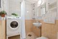 Praktisk og funksjonelt bad med dusjhjørne, servant, skapinnredning, wc og opplegg for vaskemaskin. Downlights i himling.