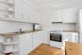 Godt med skap og benkeplass. Lys profilert kjøkkeninnredning med laminat benkeplate. Hvitevarer følger boligen ved salg.