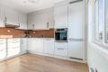 Lekkert kjøkken med integrerte hvitevarer. Nymalte vegger på kjøkken