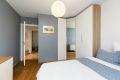 Soverommet er utstyrt med garderobeskap