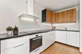 Kjøkkenet har integrert stekeovn, koketopp og oppvaskmaskin