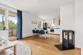 Lys og delikat stue med åpent kjøkken mot stuen