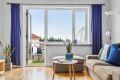 Utgant fra stuen til balkong. Store vindusflater slipper inn rikelig med naturlig lys
