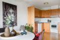 Kjøkkeninnredning med 1-speils bøkefronter, laminat benkeplate, dobbel oppvaskkum, ventilator, opplegg for oppvaskmaskin og varmtvannsbereder i benkeskap.
