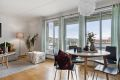 De store vinduene slipper inn godt med lys, og den åpne løsningen bidrar til en fin romfølelse og en god atmosfære.