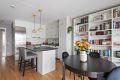 Åpent kjøkken med kjøkkenøy mot stuen