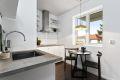 God plass til spisebord ved kjøkkenvindu