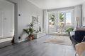 Lys og tiltalende stue som er holdt i delikate tidsriktige farger