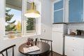 Hyggelig spiseplass ved kjøkkenvindu med fint utsyn