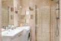 Badet er utstyrt med varmekabler, downlights og opplegg til vaskemaskin