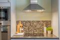Kjøkkenet har integrert komfyr, koketopp, mikrobølgeovn og kjøl/fryseskap