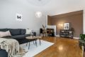 Romslig stue med plass til sofa og spisebord