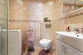 Badet har varmekabler, downlights og opplegg til vaskemaskin