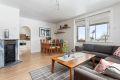 Lys stue med plass til både sofa og spisebord