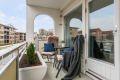 Nordvestvendt balkong med ettermiddagssol og praktisk utebod