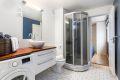 Badet er utstyrt med varmekabler og opplegg for vaskemaskin