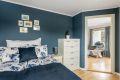 Soverommet har god plass til dobbeltseng og er utstyrt med garderobeskap