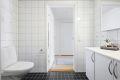 Badet har varmekabler i gulv og opplegg til vaskemaskin