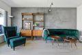 Stuen har 1-stavs eikeparkett på gulv og malte slette vegger