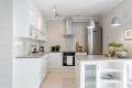 Kjøkken er utstyrt med integrert induksjonsplatetopp, stekeovn, oppvaskmaskin og frittstående kjøle-/fryseskap. Ventilator med kullfilter over stekesone. Det er også montert Aqua-stopp på oppvaskmaskin og komfyrvakt på kjøkkenet.