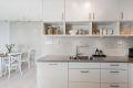 Der er åpen kjøkkenløsning mot stuen som gjør kjøkken og stue meget luftig og lys.