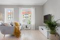 Tiltalende og lys stue med lakkerte tregulv. I stuen har man store vindusflater som gir godt med lys inn.