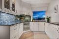 Pent kjøkken med delvis åpen løsning mot stuen.