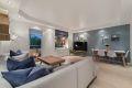 Stue med plass til sofagruppe, TV-benk og spisestuebord.