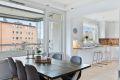 Pent og innholdsrikt kjøkken med åpen løsning mot stue.