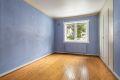 Soverom 2 med originalt tregulv, malte strier på vegger og malt tak. Originalt plassbygd garderobeskap.