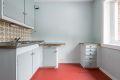 Kjøkken med belegg på gulv, malte vegger og malt tak.