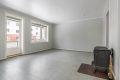 Stue med belegg på gulv, malte strier på vegger og malt tak