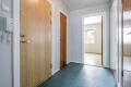 Entré med belegg på gulv, malte vegger og malt tak. Det er montert nyere entredør type B-30/db35 som er brann- og lydklassifisert,