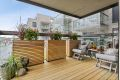 Stor innglasset balkong med tregulv.