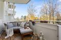 Fra stuen er det utgang til solrik, vestvendt balkong med fin plass til diverse balkongmøblement. Tregulv gir lunt inntrykk.