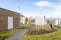Borettslaget har etablert en ladepark, der beboere med el-bil og hybridbil kan rullere på parkeringen. Kort gangavstand til leiligheten!