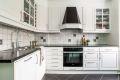 Kjøkkeninnredning med hvite profilfronter, laminert benkeplate, integrert oppvaskmaskin, kjøl/frys, og komfyr med koketopp Videre er kjøkkenet utstyrt med, 1,5 oppvaskkum og ettgrepskran og ventilator.