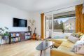 Stuen har gode vindusflater som slipper inn rikelig med naturlig lys og gir en god romfølelse.
