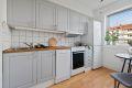 Kjøkkenet er i malte profilfronter og har godt med skap- og benkeplass, samt laminat på gulvet. Hvitevarene er fra nyere tid og følger med salget.