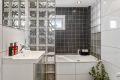 Badet er av god størrelse og det er plass til badekar. Samtidig er det deilig med vindu på badet som slipper inn naturlig lys.