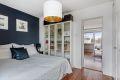 Soverommet har gode oppbevaringsmuligheter i garderobeskap, i tillegg til at det er plass til kommode. Rommet ligger i tilknytning til stuen.