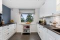 Leiligheten har et pent og moderne Kvik-kjøkken fra 2019. Meget god skap- og benkeplass! Kjøkkeninnredningen er hvit med profilerte fronter.