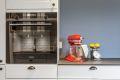 Integrerte kvalitetshvitevarer fra Siemens følger leiligheten ved salg: kjøleskap med fryser, komfyr med pyrolysefunksjon, induksjon koketopp og oppvaskmaskin.