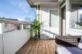 Fra stuen har man utgang til solrik, innglasset balkong på 7,5 kvm. Innglassingen kan skyves til side slik som her.